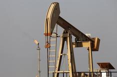 La nouvelle chute des prix du pétrole ces dernières semaines a contraint les pays arabes membres de l'Opep à revoir à la baisse leurs prévisions de cours pour cette année, signe qu'ils sont prêts à tolérer un pétrole bon marché plus longtemps que prévu initialement. /Photo d'archives/REUTERS/Hamad I Mohammed