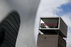 Toshiba a encore repoussé la publication des résultats de son exercice fiscal 2014-2015 à fin mars après avoir découvert de nouvelles erreurs comptables. Le conglomérat industriel japonais a annoncé lundi avoir découvert de nouveaux problèmes, dont la prise en compte erronée de charges pour dépréciations d'actifs immobilisés. /Photo prise le 13 août 2015/REUTERS/Thomas Peter