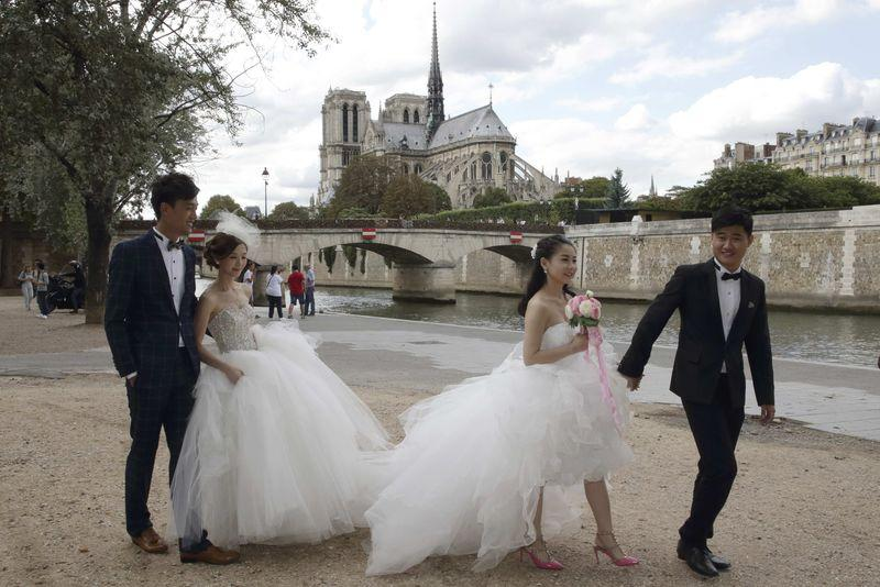 It's so romantic here' - Chinese load up on Paris wedding snaps