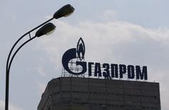Le géant russe du gaz naturel Gazprom a relancé un accord d'échange d'actifs avec le groupe allemand BASF. Cet accord doit permettre à l'allemand de se désengager du négoce et du stockage de gaz tout en permettant au russe de se développer en Europe occidentale. /Photo prise le 10 août 2015/REUTERS/Maxim Shemetov