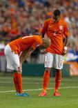 Arjen Robben (esquerda) lesionado em partida da Holanda contra a Islândia. 03/09/2015 REUTERS/Michael Kooren