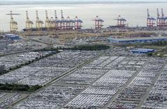 Автомобили в порту Бремерхафена. 8 октября 2012 года. Экспорт и импорт в Германии достигли рекордных значений в стоимостном выражении в июле, свидетельствуя, что зарубежный спрос на товары из крупнейшей экономики Европы остается высоким, несмотря на замедление в Китае. REUTERS/Fabian Bimmer