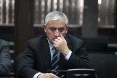 Экс-президент Гватемалы Отто Перес на слушаниях  в суде в Гватемале 8 сентября 2015 года. Суд Гватемалы во вторник решил, что бывший президент страны Отто Перес останется за решеткой в ожидании судебного процесса, связанного с обвинениями в коррупции, спровоцировавшими политический кризис в стране. REUTERS/Jose Cabezas