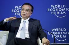 Le Premier ministre chinois, Li Keqiang, s'est voulu rassurant mercredi sur la capacité de la Chine à soutenir son économie et à stabiliser ses marchés boursiers, et a assuré que les principaux risques pour le système financier chinois étaient maîtrisés et que les perspectives pour l'activité de la deuxième économie mondiale restaient positives. /Photo prise le 9 septembre 2015/REUTERS/Jason Lee
