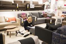 Женщина в магазине IKEA в Уэмбли на севере Лондона 28 января 2015 года.  IKEA, крупнейший продавец мебели в мире, сообщил в четверг о росте продаж в финансовом году на 11 процентов до рекордных 31,9 миллиарда евро ($35,8 миллиарда). REUTERS/Neil Hall