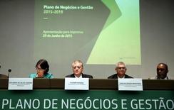 Presidente da Petrobras, Aldemir Bendine (segundo à esquerda), e outros membros da direitoria durante anúncio do Plano de Negócios e Gestão, em junho. 29/06/ 2015. REUTERS/Pilar Olivares