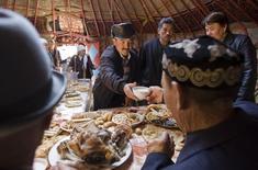Жители деревни Ащибулак к востоку от Алма-Аты отмечают Навруз. 22 марта 2008 года. Казахстан, отрицающий торговую войну в недавно созданном экономическом союзе, в пятницу приостановил ввоз части продуктов питания из Киргизии и России, сообщило министерство национальной экономики. REUTERS/Shamil Zhumatov