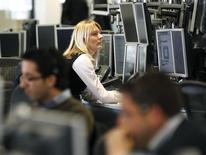 Дилеры в торговой комнате IG Index в Лондоне. 6 мая 2010 года. Европейские фондовые рынки растут за счет производителей предметов роскоши и несмотря на ухудшение экономических показателей Китая. REUTERS/Kevin Coombs