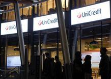 UniCredit, première banque italienne par les actifs, prévoit de supprimer environ 10.000 emplois afin de réduire ses coûts et d'améliorer ses bénéfices. Les départs concerneront principalement l'Italie, l'Allemagne et l'Autriche. Le total de 10.000 comprend 2.700 suppressions de postes déjà annoncées en Italie. /Photo d'archives/REUTERS/Alessandro Garofalo