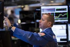 La Bourse de New York a fini lundi en baisse de 0,38%, l'indice Dow Jones cédant 62,13 points à 16.370,96. Le S&P-500, plus large, a perdu 8,03 points, soit 0,41%, à 1.953,03. Le Nasdaq Composite a reculé de son côté de 16,58 points (0,34%) à 4.805,76. /Photo prise le 14 septembre 2015/REUTERS/Lucas Jackson