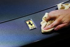 John Elkann, le président de Fiat Chrysler Automobiles (FCA), a dit s'attendre à ce que l'introduction en Bourse de Ferrari ait lieu dans la deuxième quinzaine d'octobre. /Photo prise le  14 septembre 2015/REUTERS/Kai Pfaffenbach