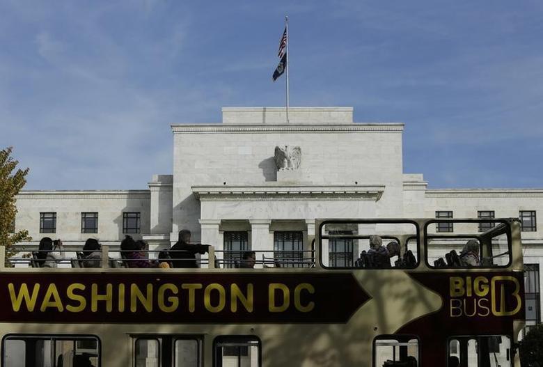 图为一辆观光巴士经过美联储总部大楼前道路。REUTERS/Gary Cameron