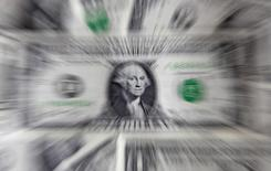 Долларовые банкноты. Варшава, 8 августа 2011 года. Курс доллара снижается на торгах в Азии накануне решения ФРС о процентных ставках, но рост доходности американских гособлигаций дает ему поддержку. REUTERS/Kacper Pempel