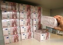 Les Etats de la zone euro ont récupéré moins de la moitié de l'aide financière apportée aux banques depuis la crise financière mondiale, annonce la Banque centrale européenne, qui souligne le risque lié aux garanties encore en vigueur aujourd'hui. /Photo d'archives/REUTERS/Heinz-Peter Bader