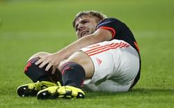 Jogador do Manchester United Luke Shaw após sofrer lesão em jogo contra o PSV. Action Images via Reuters / Andrew Couldridge 15/09/2015