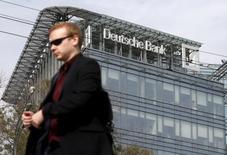 Siège de Deutsche Bak à Moscou. Deutsche Bank a annoncé vendredi la fermeture de certaines de ses activités en Russie dans le cadre du réexamen de son positionnement à l'échelle international. /Photo  prise le 17 septembre 2015/ REUTERS/Maxim Zmeyev