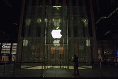 Un empleado parado frente a la tienda de Apple en la Quinta Avenida, en Nueva York, 22 de abril de 2015. Apple Inc dijo que la construcción de un automóvil eléctrico es un proyecto obligado y fijó fecha de entrega para el 2019, informó el lunes el diario Wall Street Journal, citando a fuentes familiarizadas con el tema. REUTERS/Brendan McDermid