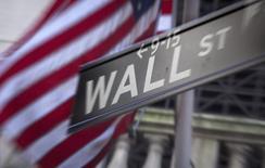 """Wall Street a terminé la première séance de la semaine en hausse, soutenue par les valeurs financières, qui avaient mal accueilli dans un premier temps le statu quo de la Réserve fédérale, mais freinée dans son élan par les valeurs biotech qui ont mal réagi à un """"tweet"""" dévastateur d'Hillary Clinton. /Photo d'archives/REUTERS/Carlo Allegri"""
