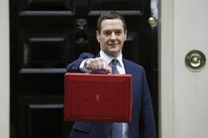Le ministre britannique des Fiances (chancelier de l'Echiquier), George Osborne, avant la traditionnelle présentation du budget. Le déficit budgétaire de la Grande-Bretagne s'est creusé de manière inattendue en août du fait de recettes fiscales bien inférieures à la moyenne. /Photo prise le 8 juillet 2015/REUTERS/Peter Nicholls