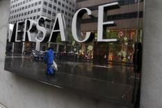 Versace pourrait choisir soit les Etats-Unis soit l'Asie pour son introduction en Bourse, sans doute l'an prochain, a laissé entendre mardi son administrateur délégué, suivant ainsi l'exemple d'autres marques prestigieuses italiennes telles que Prada et Ferrari. /Photo d'archives/REUTERS/Eric Thayer