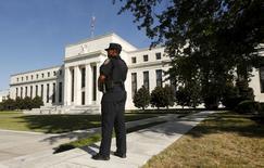 La Réserve fédérale américaine relèvera certainement ses taux directeurs en décembre, selon les économistes interrogés par Reuters, qui accordent désormais une probabilité de 60% à ce scénario.. /Photo prise le 16 septembre 2015/REUTERS/Kevin Lamarque