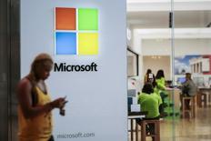 Personas visitan una tienda de Microsoft en Paramus, Nueva Jersey, 8 de julio de 2015. Microsoft Corp dijo que comenzó el martes el lanzamiento a nivel mundial del Office 2016, la última incorporación a su servicio de suscripción basado en la nube Office 365. REUTERS/Eduardo Munoz