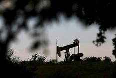 Una unidad de bombreo de petróleo vista en Cisco, Texas, 23 de agosto de 2015. El petróleo Brent subía en torno a los 50 dólares por barril el miércoles debido a que un descenso en las existencias de crudo en Estados Unidos contrarrestaba al impacto negativo de datos débiles de manufacturas de China. REUTERS/Mike Stone