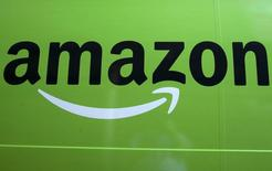 El logo de Amazon en uno de sus camiones de entregas, en Brooklyn, Nueva York, 28 de agosto de 2015. Amazon.com lanzará seis pilotos de programas de televisión para su servicio de video en línea en Estados Unidos, Reino Unido, Alemania y Austria en la temporada del otoño boreal de 2015. REUTERS/Brendan McDermid