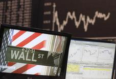 La Bourse de New York a ouvert en baisse jeudi, les investisseurs restant déboussolés depuis que la Réserve fédérale a choisi de ne pas relever ses taux en invoquant ses incertitudes quant aux conséquences de la morosité économique mondiale sur l'activité aux Etats-Unis. L'indice Dow Jones perd 0,97%,. Le Standard & Poor's 500, plus large, qui a cédé 2,8% depuis la décision de la Fed jeudi dernier, recule de 0,76% et le Nasdaq Composite abandonne lui aussi 0,76% . /Photo d'archives/REUTERS/Ralph Orlowski