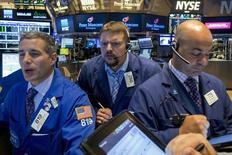 Operadores trabajando en la Bolsa de Nueva York, 23 de septiembre de 2015. Las acciones estadounidenses caían el jueves más del 1 por ciento en las primeras operaciones de la jornada en la bolsa de Nueva York, después de que la reducción de proyecciones de Caterpillar afectó a los títulos industriales. REUTERS/Brendan McDermid