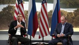 Президенты России и США Владимир Путин и Барак Обама на саммите G8 в Северной Ирландии. 17 июня 2013 года. Президент США Барак Обама и российский лидер Владимир Путин встретятся в Нью-Йорке на следующей неделе в момент высокой напряженности в Европе и на Ближнем Востоке, однако Кремль и Белый дом разошлись по поводу приоритетов переговоров. REUTERS/Kevin Lamarque
