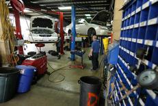 Mecánicos arreglando autos en un garage en San Diego, California, 17 de abril de 2014. El crecimiento del sector servicios de Estados Unidos se desaceleró en septiembre al menor ritmo de los últimos tres meses, mostró el viernes un reporte. REUTERS/Mike Blake