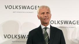 Volkswagen a annoncé vendredi la nomination à la présidence de son directoire de Matthias Müller, qui dirigeait jusqu'à présent la marque Porsche, pour remplacer Martin Winterkorn, contraint à la démission par le scandale de la manipulation des tests d'émissions polluantes. /Photo prise le 25 septembre 2015/REUTERS/Fabian Bimmer