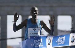 Kenya's Eliud Kipchoge crosses the finish line to win the men's 42nd Berlin marathon, in Berlin, Germany September 27, 2015.  REUTERS/Hannibal Hanschke