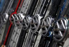 En la imagen, varios logos de la compañía alemana Volkswagen en Bosnia y Herzegovina, el 26 de septiembre de 2015. Trabajadores de Volkswagen y uno de sus proveedores advirtieron hace años de la existencia un software diseñado para manipular pruebas de emisiones de gases, reportaron el domingo dos diarios alemanes, mientras la compañía intenta descubrir por cuánto tiempo sus ejecutivos supieron de la trampa.  REUTERS/Dado Ruvic