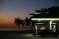 Posto de gasolina na praia de Copacabana.  12/01/2015    REUTERS/Ricardo Moraes (