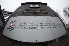 El logo de la Organización Mundial de Comercio, visto en la entrada del organismo en Ginebr, 9 de abril de 2013. Argentina no actuó correctamente al aplicar medidas financieras, tributarias, cambiarias y registrales discriminatorias contra los proveedores de servicios de algunos países, dijo el miércoles un panel de controversias de la Organización Mundial de Comercio, en respuesta a una denuncia presentada por Panamá. REUTERS/Ruben Sprich