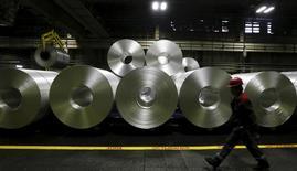 Алюминиевый прокат на заводе Русала в Саяногорске. 3 сентября 2015 года. Деловая активность в обрабатывающей промышленности РФ в сентябре 2015 года продолжила спад, но меньшими темпами, чем в предыдущие несколько месяцев, свидетельствуют результаты исследования, проведенного компанией Markit. REUTERS/Ilya Naymushin
