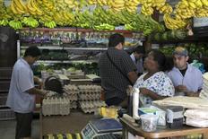 Clientes comprando en una verdulería en Caracas, 10 de julio de 2015. La inflación mensual de Venezuela de septiembre habría sido la más alta en un cuarto de siglo, un 16,9 por ciento, y la tasa interanual habría alcanzado a un 179,5 por ciento, dijo el jueves un periódico opositor, citando una fuente cercana al Banco Central. REUTERS/Marco Bello