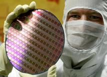 Le fabricant de puces Advanced Micro Devices a annoncé jeudi son intention de réduire ses effectifs mondiaux de 5% dans le cadre d'un plan de restructuration./Photo d'archives/REUTERS/Arnd Wieggman