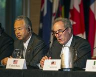 Japanese Economy Minister Akira Amari (L) and US Trade Rep. Michael Froman participate in a press conference in Lahaina, Maui, Hawaii in this July 31, 2015 file photo.  REUTERS/Marco Garcia