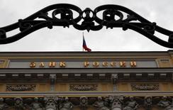 Вид на здание Банка России в Москве 13 сентября 2013 года. Банк России обсуждает смягчение требований к достаточности базового и совокупного капитала банков до 4,5 и 8,0 процентов вместо 5,0 и 10,0 процентов соответственно и снижение коэффициентов риска по кредитам малому бизнесу и ипотеке c 2016 года, ужесточая при этом ряд требований, съедающих банковский капитал. REUTERS/Maxim Shemetov