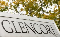 Логотип Glencore у штаб-квартиры компании в Швейцарии. 30 сентября 2015 года. Акции торгового и горнодобывающего гиганта Glencore показали 20-процентный взлет в начале торгов на Лондонской бирже на фоне надежд рынка на продажу компанией своих сельскохозяйственных активов, но не удержались на завоеванном уровне. REUTERS/Arnd Wiegmann
