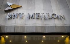 Una sucursal del banco Bank of New York Mellon en el distrito financiero de Nueva York, mar 11 2015. Una corte de apelaciones de Estados Unidos rechazó el lunes que se obligue a Bank of New York Mellon Corp a entregar a acreedores de deuda argentina incumplida 539 millones de dólares, que el país depositó en 2014 para el pago a inversores en bonos que sí participaron en una reestructuración de deuda soberana.  REUTERS/Brendan McDermid