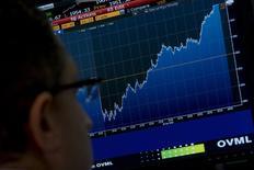 Трейдер на фондовой бирже в Нью-Йорке. 5 октября 2015 года. Фондовые рынки США выросли в понедельник за счет повышения цен на нефть и надежды инвесторов на сохранение низких процентных ставок ФРС до будущего года. REUTERS/Brendan McDermid