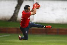 Goleiro da seleção chilena Claudio Bravo participa de treino da equipe em Santiago. 05/10/2015 REUTERS/Ivan Alvarado