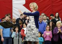 Laureen Harper, wife of Canada's Prime Minister Stephen Harper introduces her husband to supporters in Ottawa in this January 25, 2015, file photo.  REUTERS/Chris Wattie/Files