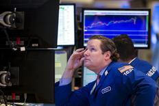Трейдеры на торгах Нью-Йоркской фондовой биржи 17 сентября 2015 года. Американские фондовые индексы S&P 500 и Nasdaq снизились во вторник, закончив пятидневный рост, так как инвесторы ожидают, что многие компании сообщат о сокращении прибыли в третьем квартале. REUTERS/Lucas Jackson