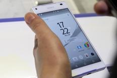 Le Z5 de Sony.  Le directeur général de Sony a laissé entendre mercredi que l'année 2016 pourrait être décisive pour l'activité de smartphones du groupe, expliquant qu'il pourrait étudier différentes options s'il ne parvenait à la ramener à la rentabilité. /Photo prise le 2 septembre 2015/REUTERS/Axel Schmidt