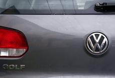 Le logiciel utilisé par Volkswagen pour tricher lors des tests sur les émissions polluantes de ses voitures diesel aux Etats-Unis était aussi installé sur des véhicules en Europe, rapporte jeudi le quotidien allemand Süddeutsche Zeitung, en citant le constructeur automobile lui-même. /Photo prise le 8 octobre 2015/REUTERS/David Gray